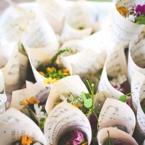colores-de-boda-salida-novios-flores-secas-9
